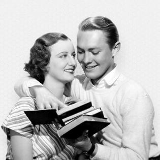 enamorados mirando libros