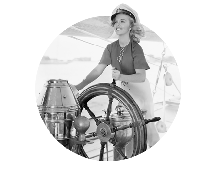 Mujer gobernando un barco