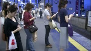 personas mirando su móvil para tomar una decisión