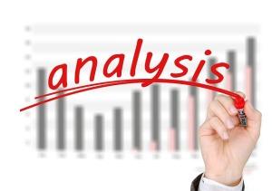 mano escribiendo analítica web