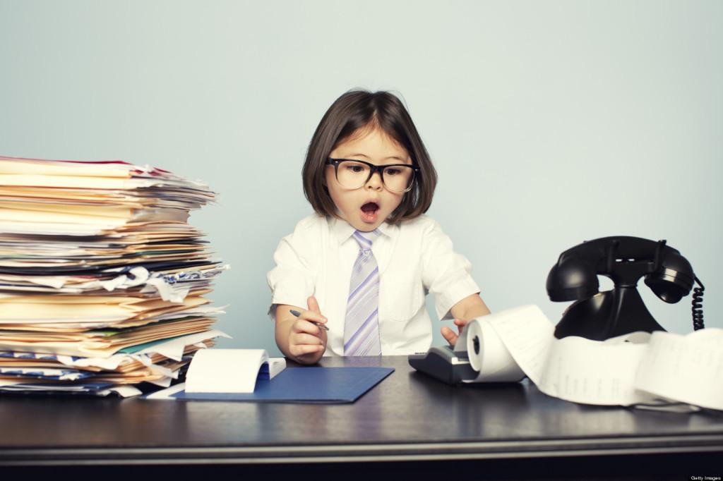 niña en oficina