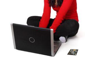 chica triunfando en e-commerce