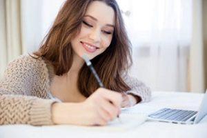 Chica escribiendo storytelling