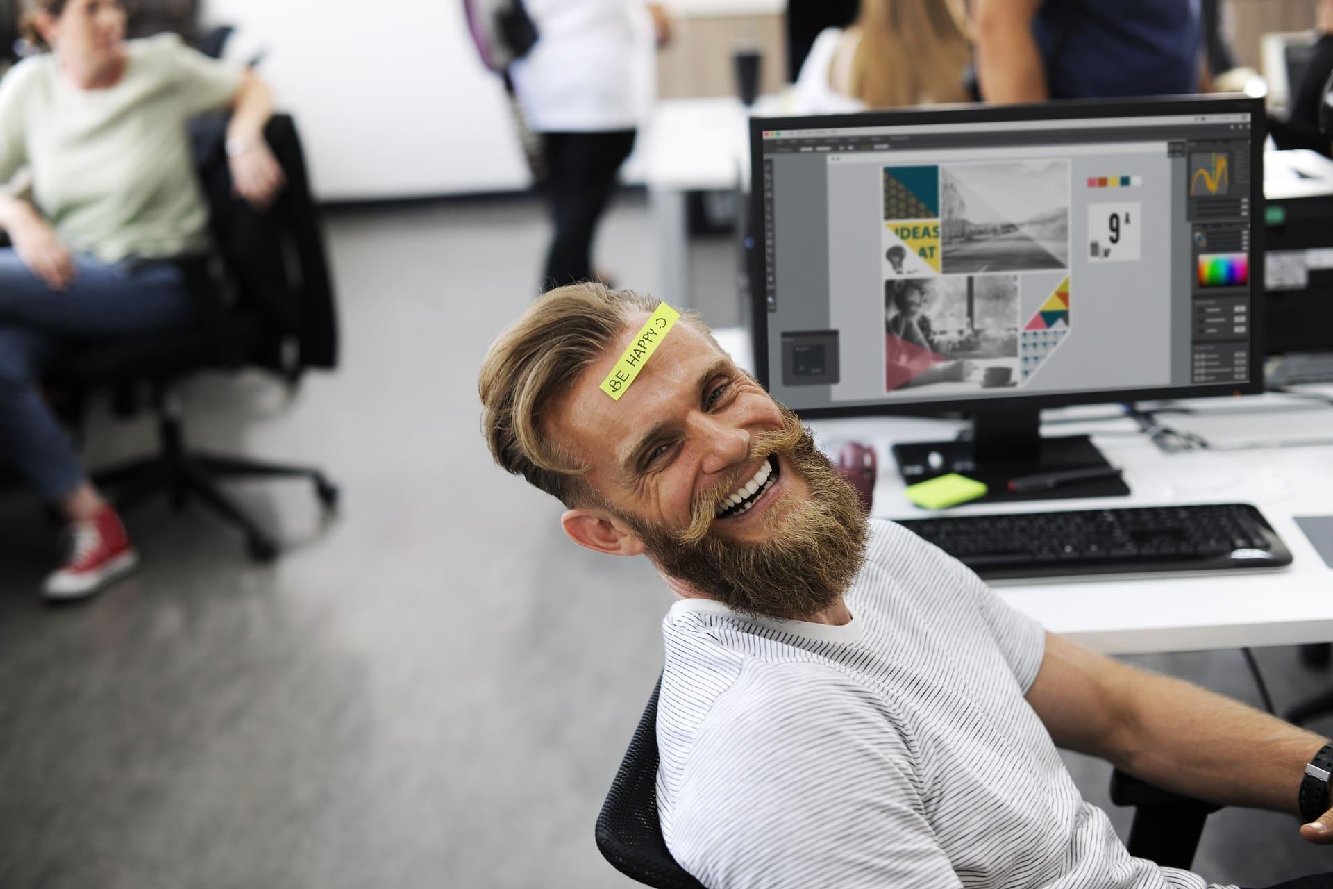 Chico trabajando con su ordenador