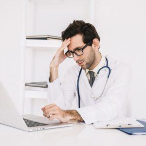 Doctor con su ordenador