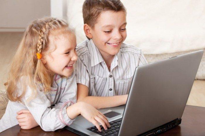 Niños usando un pc para continuar con su formación educativa